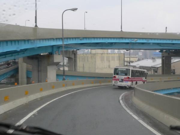 Zufahrt auf die Stadtautobahn von Fukuoka: Die Fahrtrichtung trennt sich erst nach der Mautstelle.