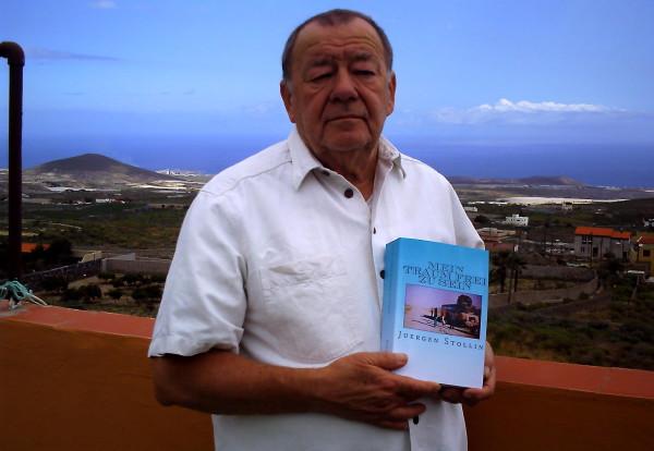 Ein Leben für die Freiheit: Jürgen Stollin mit seinem Buch in Teneriffa.