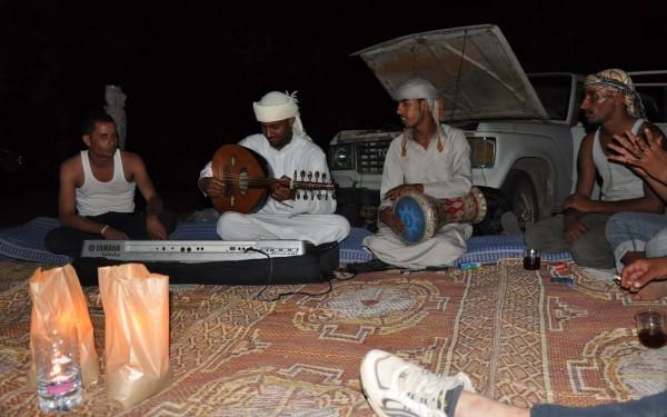 Beduinenmusik am Lagerfeuer: Abschiedsstimmung am letzten Abend.