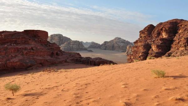 Das Wadi Rum, auf einer Hochebene 1000 Meter über dem Meeresspiegel gelegen, gilt mit seinen spektakulären Sandsteingebirgen nicht umsonst als die eindrucksvollste Wüste der Welt. Fotos: Marion Schwartzkopff