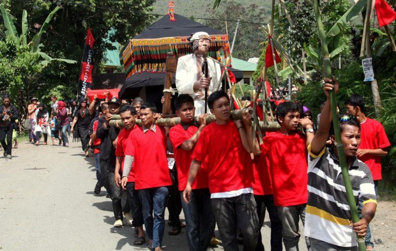 Angeführt wird die Prozession von einer Holzpuppe, die den verstorbenen abbildet.