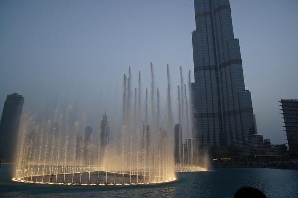 Der Dubai Fountain vor dem Burj Khalifa. Foto: Mathias Apitz /Flickr (siehe Anmerkungen unten)