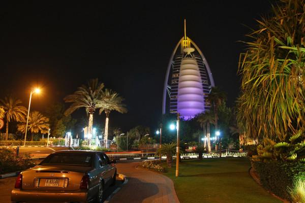 Nächtlicher Blick auf das Burj Al Arab in Dubai. Foto: Mathias Apitz / Flick