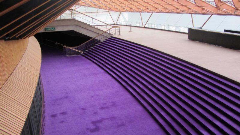 Auffallendes Lila: Das Foyer ist einer der wenigen Orte in der Oper, wo fotografieren erlaubt ist.