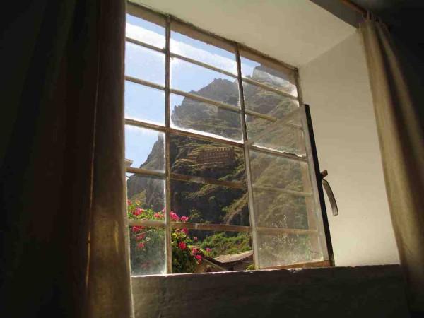 Tolle Aussicht: Blick vom Hotel auf die Ruinen an den Berghängen.