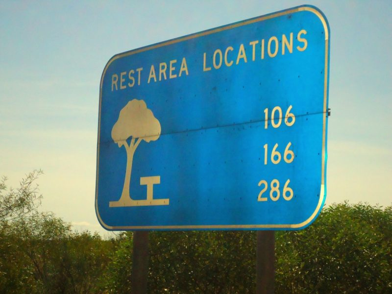 Rest Areas: In regelmässigen Abständen fahrst du an Rest Areas vorbei. Hier gibt es oft Toiletten und Parkplätze.