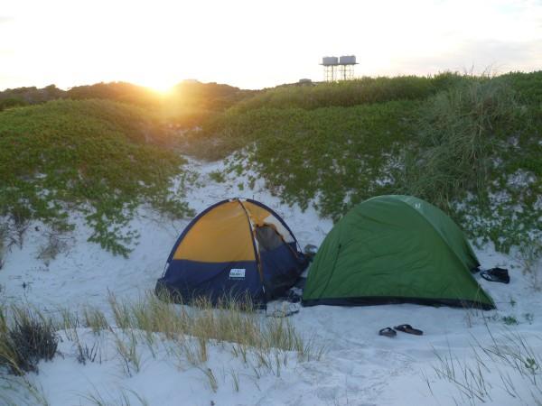 Free Camping: Das eigene Zelt am Wegrand aufzustellen, ist bestimmt die günstiges Übernachtungsmöglichkeit - aber nicht jedermanns Sache.