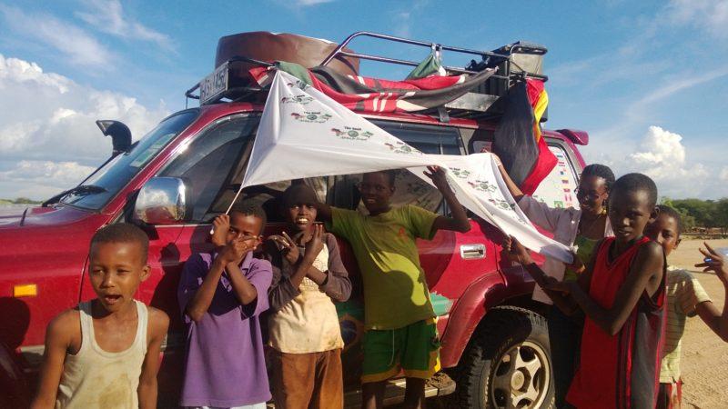 Florian Keller und sein Jeep fallen auf. Hier am Anfang der Reise in Kenia.