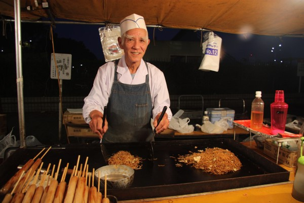 Herr Hara bei der Arbeit. Im Laden im Yoyogi-Park verkauft er Yakisoba, gebratene Nudeln. Foto: Oliver Zwahlen