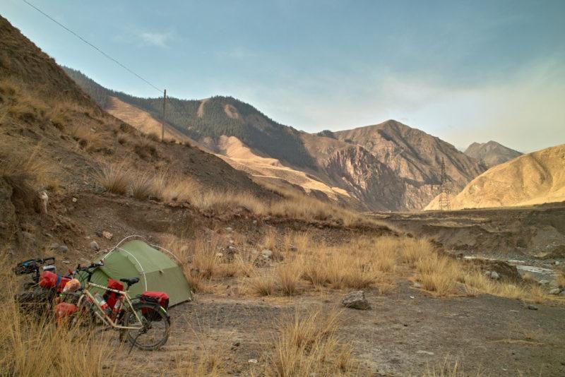 Weitab von der Zivilisation: Zelt am Straßenrand.