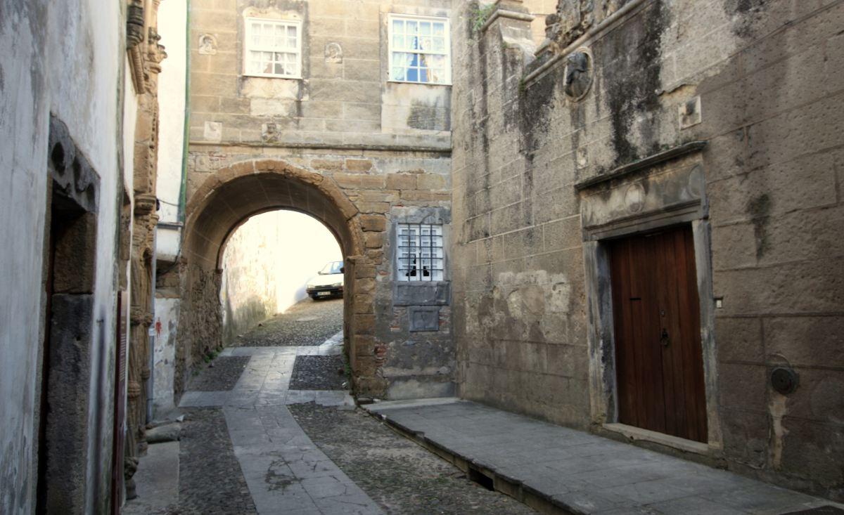 Enge Gassen, steile Strassen: So präsentieren sich viele portugisische Städte. Im Bild: Coimbra.