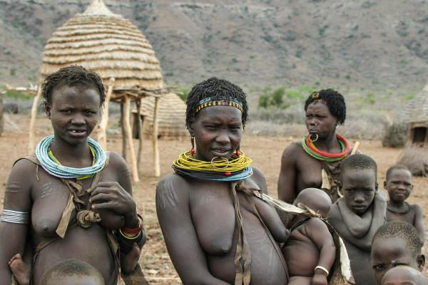 Besonders eindrückliche Begegnungen: Toposafrauen in einem Dorf in Südsudan. Foto: Willi Dolder.