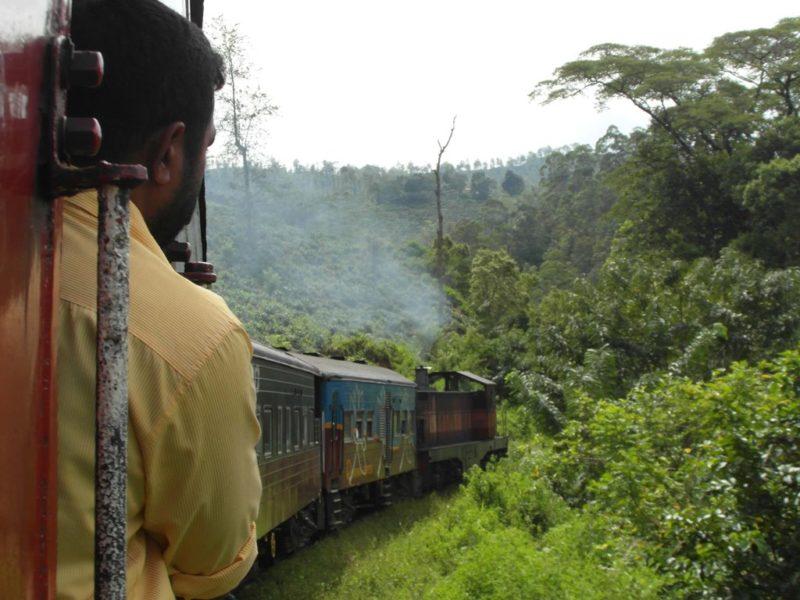 Das bestmögliche Eisenbahnerlebnis bietet die einfachste Klasse, bei der man sich während der Fahrt aus den Türen hängen lassen kann.