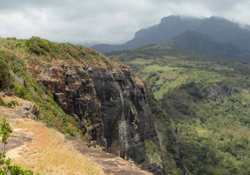 Die steilabfallenden Abbruchkanten des Time Rocks sind Respekt einflößend.