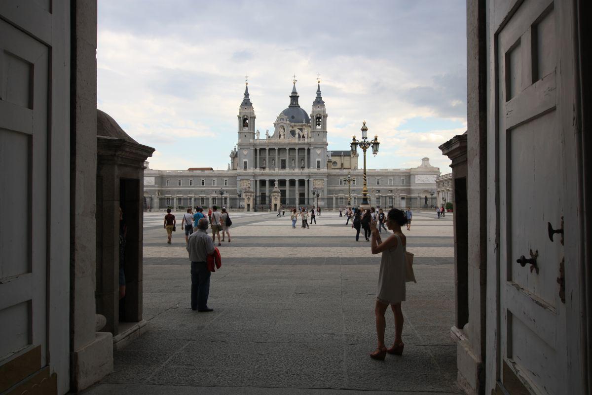 Blick über den Vorplatz des Königspalasts von Madrid.