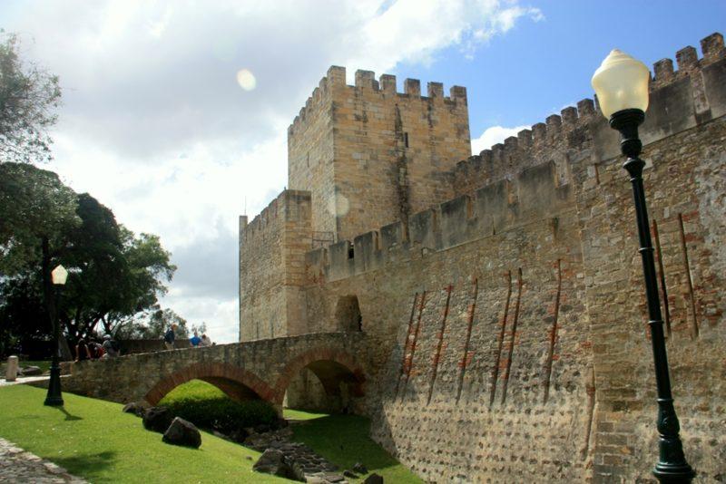 Das Castelo de São Jorge thront hoch über Lissabon und bietet eine hervorragende Aussicht auf die Stadt.