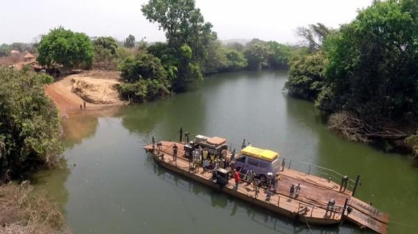 Wo Brücken fehlen, geht es nur mit der Fähre weiter: Flussüberfahrt in Guinea