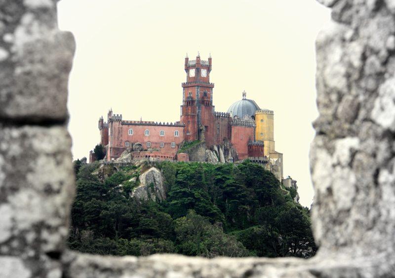 Sintra: Blick von der Burg der Mauren auf den Palácio Nacional da Pena.