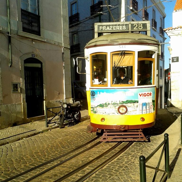 Eine der vielen Möglichkeiten, Lissabon zu erkunden: Das legendäre Tram 28.