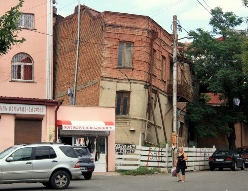 Bewohnte Ruine: Die Armut zwingt viele Bewohner von Tbilisi in einsturzgefährdeten Häusern zu wohnen.