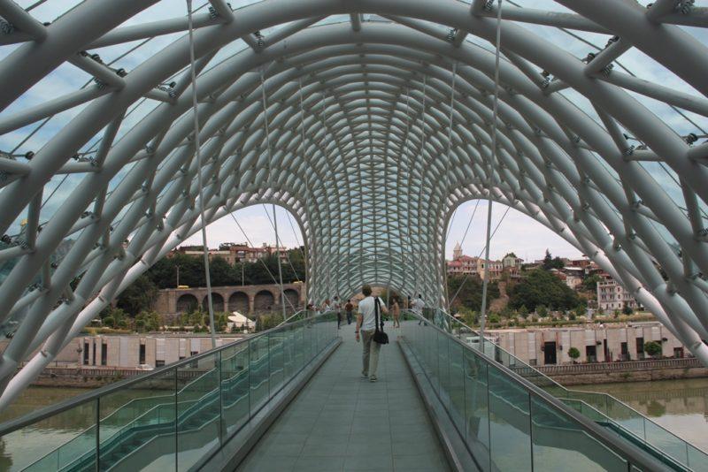 Hypermoderne Konstruktion: Die Friedensbrücke in Tbilisi.