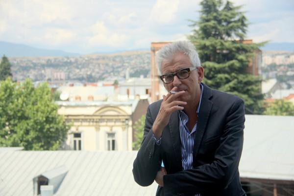 Stephan Wackwitz auf einer Terrasse vor dem Goethe-Institut von Tbilisi.