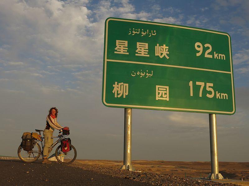 Abseits: Auf einer einsamen Strasse durch die Wüste Gobi in China.