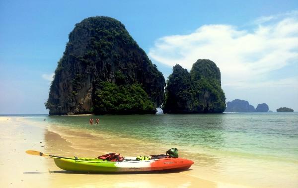 Schroffe Felsen und ein feiner Sandstrand sorgen nicht nur bei Thailand-Einsteigern für Begeisterung. Fotos: K. Wendt.