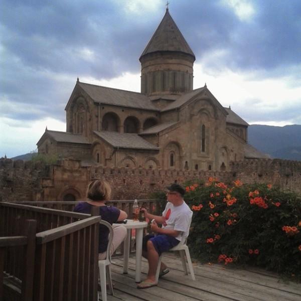 Gemütliche Terrasse mit Blick auf die Swetizchoweli-Kathedrale in Mzcheta.