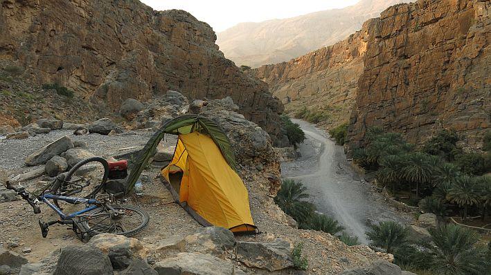 Grandiose Aussicht: Wildes Zelten im Wadi Al Nakhur im Oman.