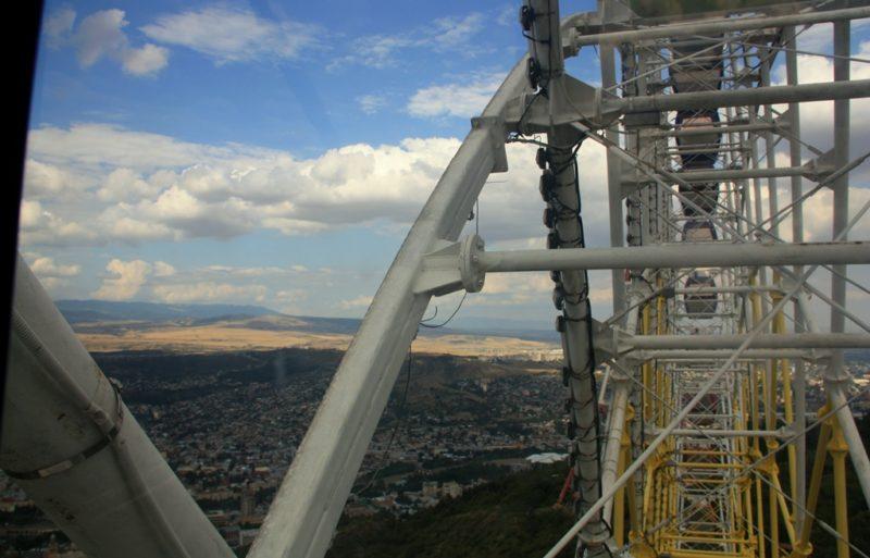 Das Riesenrad und der nahe Fersehturm im Vergnügungspark Mtazminda gehören zu den Wahrzeichen Tiflis.
