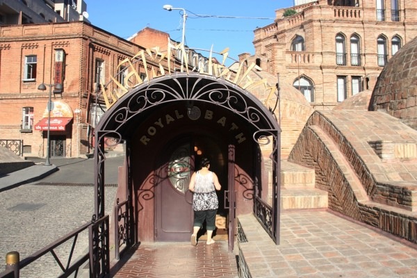 Eingang zu einem der berühmten Schwefelbäder der Stadt. Fotos: O. Zwahlen