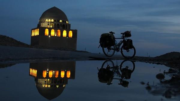 Stolz am Ziel; Übernachtungsplatz in Turkmenistan.