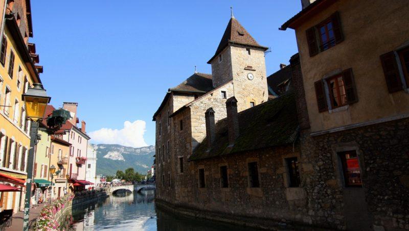 Das Stadtzentrum von Annecy: Die altehrwürdigen Mauern der Inselfestung dienten einst als Gefängnis. Heute befindet sich dort ein historisches Museum.