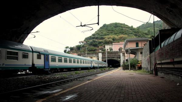 Die Bahnlinie von Genua nach La Spezia ist eine Meisterleistung der Ingenieurskunst aus den 1860er-Jahren. Entsprechend klein sind die Bahnhöfe heute und mussten weit in die Tunnels hinein verlängert werden.
