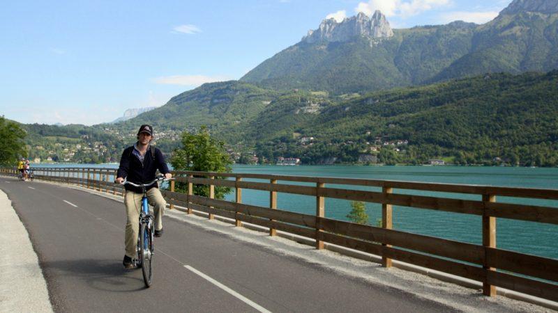 Fahrrad für Faule: Mit dem E-Bike können auch weniger sportliche Reisende den Lac d'Annency locker in zwei Stunden umrunden.