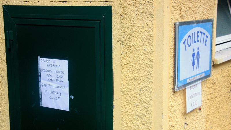 Die Öffnungszeiten einer Toilette in Riomaggiore: Am Donnerstag lieber etwas weniger trinken!