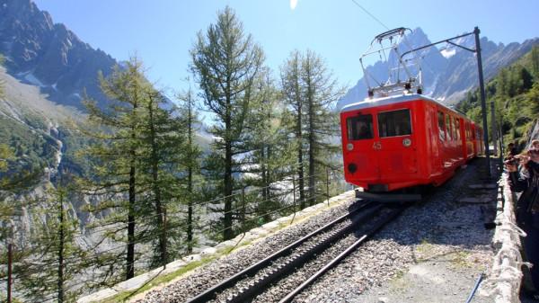 Die Zahnradbahn Montenvers führt in etwa 40 Minuten von Chamonix zum Gletscher hoch.