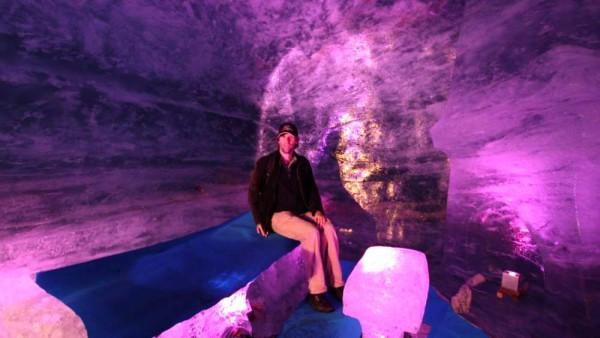 Tief im Gletscher: Im Mer de Glace wird jedes Jahr ein Stollen in das ewige Eis getrieben und liebevoll dekoriert.
