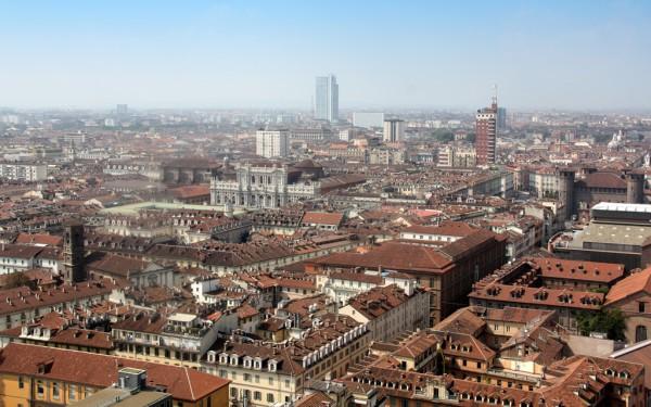 Blick vom Mole Antonelliana auf das Stadtzentrum von Turin. An klaren Tagen zeichnen sich in der Ferne die Alpen ab.