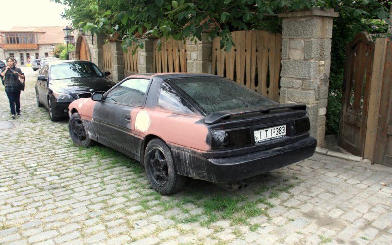 Reisen in Georgien: Ob man bei uns wohl für so ein Auto noch eine Nummer bekommt?