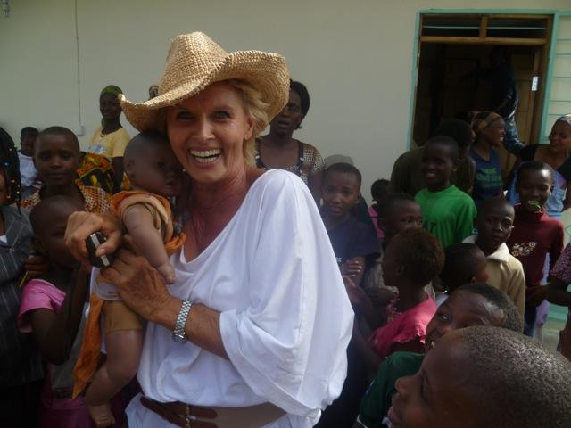 Christina Wallner besucht Kinder, die in einem ihrer Projekte betreut werden. Fotos: ZVG