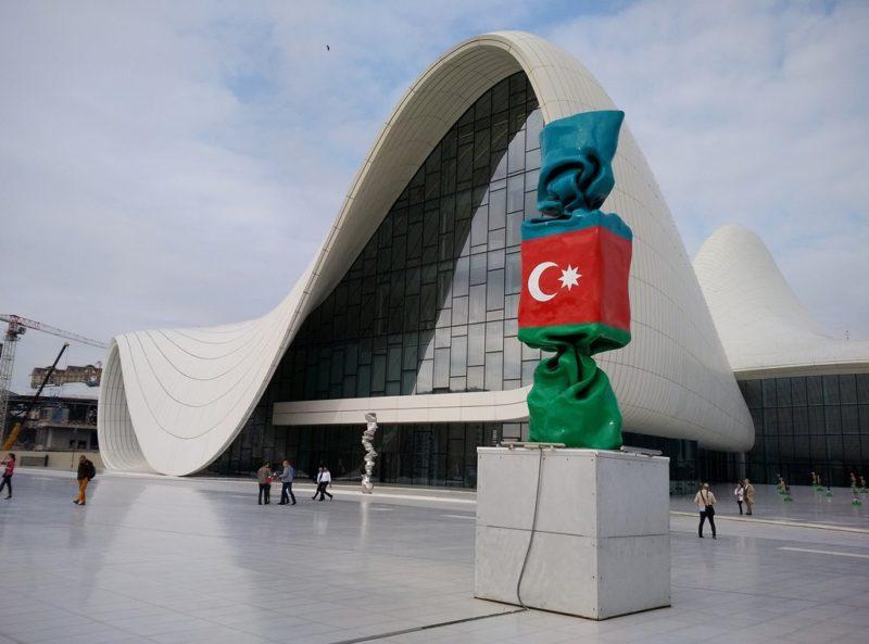 Das Heydar Aliyev Kulturzentrum stammt aus der Feder der irakischen Stararchitektin Zaha Hadid. Foto: O. Zwahlen