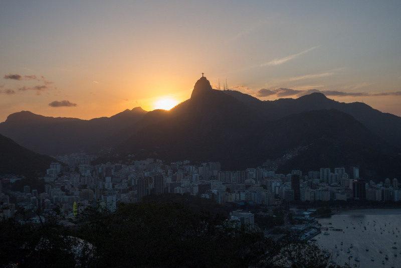 Sonnenuntergang über Rio de Janeiro: Trotz durchzogener Sicherheitslage sollte diese Stadt auf jeder Reiseroute liegen. Fotos: Stefanie Schindler.