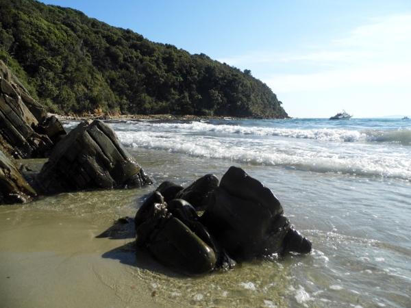Klingender Sand: Die Sandkörner an der Cala Violina sind so fein, dass sein Quitschton beim Drüberlaufen an eine Violine erinnert.