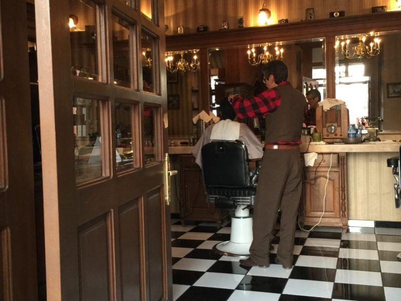 Haare Schneiden im Retrolook: Der Friseur-Salon