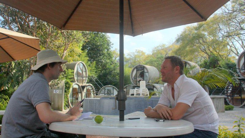 Beim Interview: Robb Anderson erklärt mir, wieso ein Röhrenhotel ein gutes Business ist.