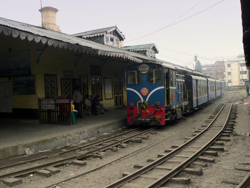 Indische Eisenbahnen: Nicht imm ganz pünktlich wie hier auf der Eisenbahn nach Darjeeling. Foto: OZ