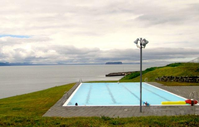 Bescheiden, aber mit Aussicht: Das öffentliche Schwimmbad von Hofsos.