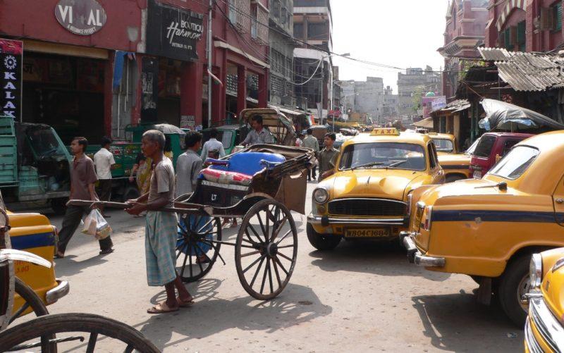 Strassenszene in Kalkutta: Auf indischen Strassen kann es teilweise recht lärmig zugehen. Foto: O. Zwahlen